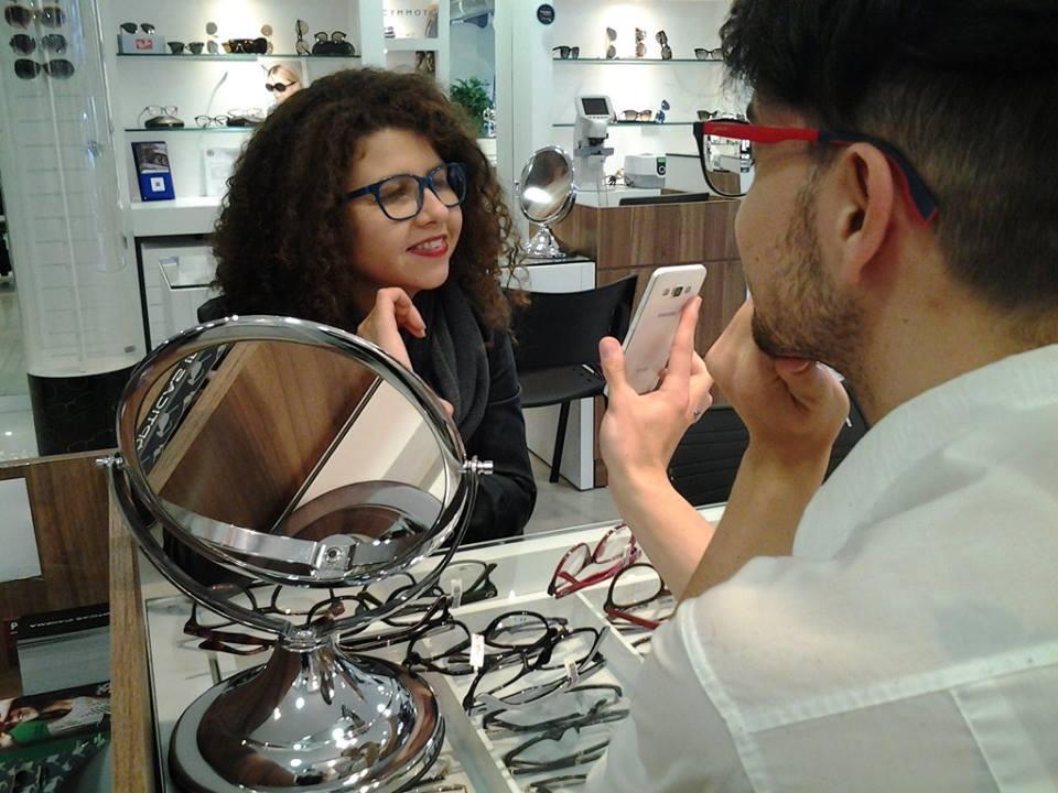 4e13500cf O estilo dos seus óculos já é marca registrada por onde anda e hoje  especialmente Roberta optou por um modelo da Lacoste rosa. Moderno e  despojado as lentes ...